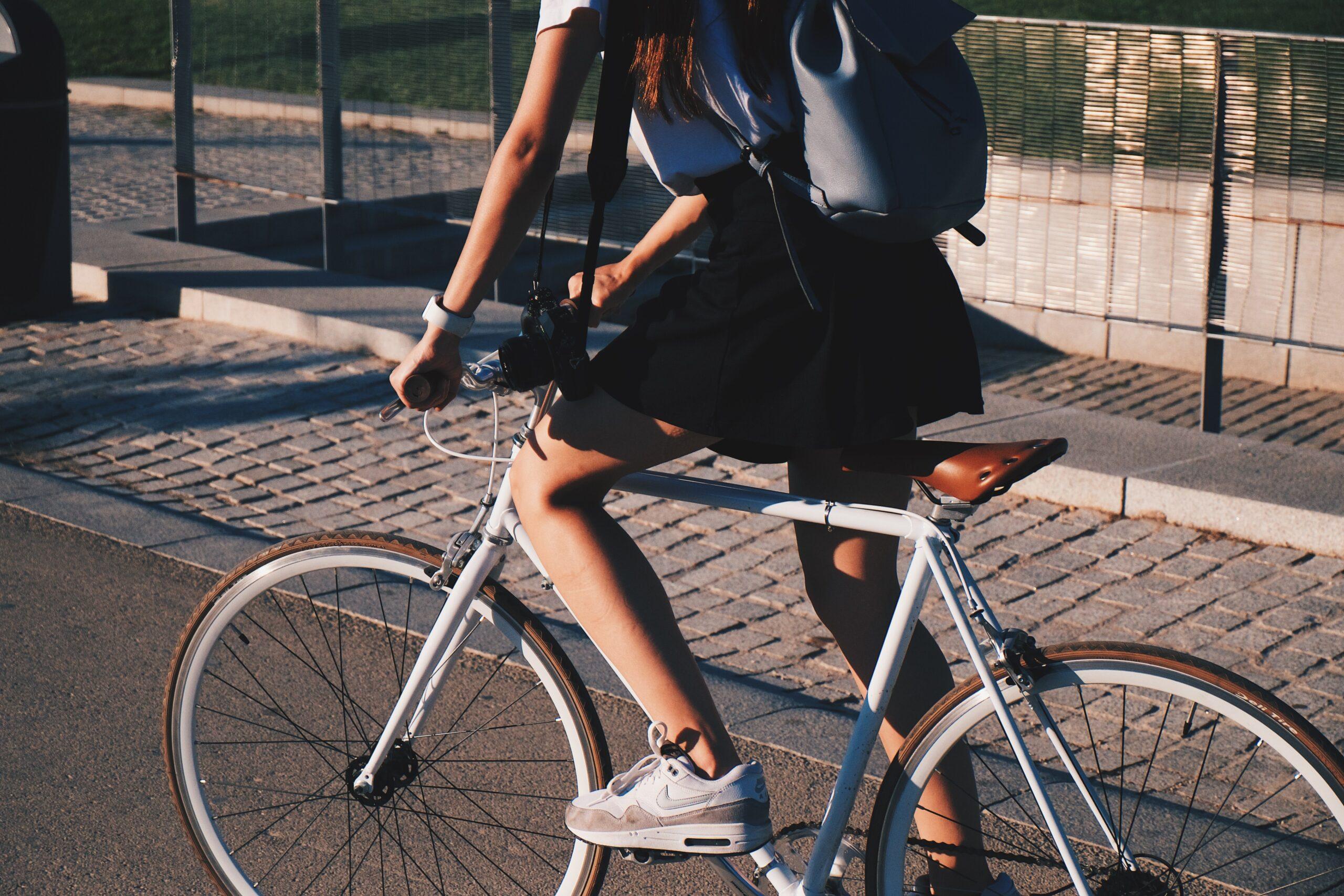 Osoba, jadąca na rowerze