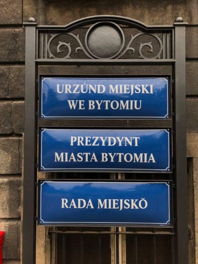 Urząd Miasta w Bytomiu uczcił Dzień Śląskiej Flagi, wieszając tabliczki urzędowe po śląsku.